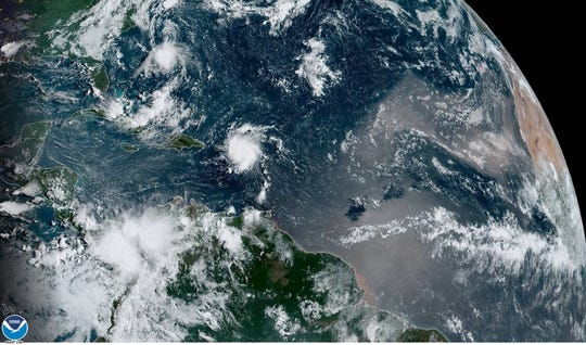 Fotografía cedida por la Administración Nacional Oceánica y Atmosférica (NOAA) por vía del Centro Nacional de Huracanes (NHC) donde se muestra el paso de la tormenta tropical Dorian por el Caribe