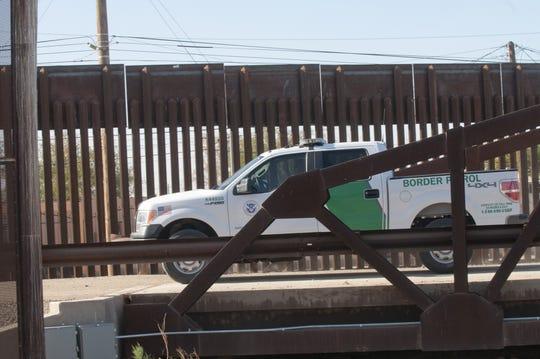 Fotografía de archivo de dos agentes de la Patrulla Fronteriza de Estados Unidos vigilando la frontera en la zona de San Luis (Arizona).