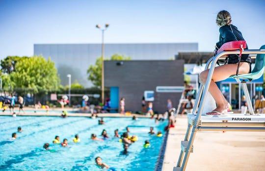 Cuando visite las piscinas públicas de Phoenix, por favor obedezca las reglas.