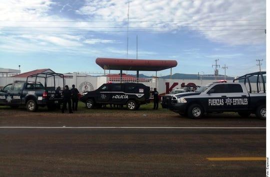 Los cuerpos de tres mujeres degolladas fueron hallados en una carretera en el Municipio de Madera, donde además se localizó una manta.