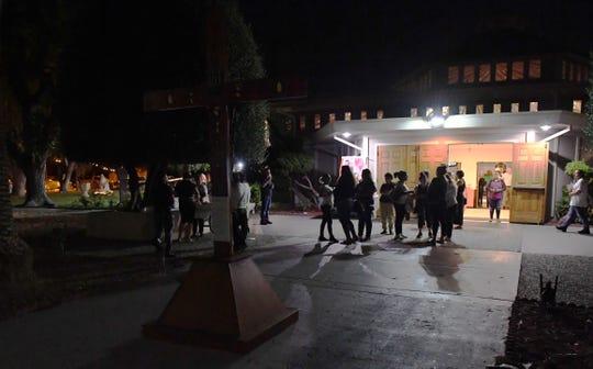 Un grupo de personas se reúne afuera de la iglesia la noche del miércoles para consolar y hablar con la familia Salazar.28 de agosto de 2019.