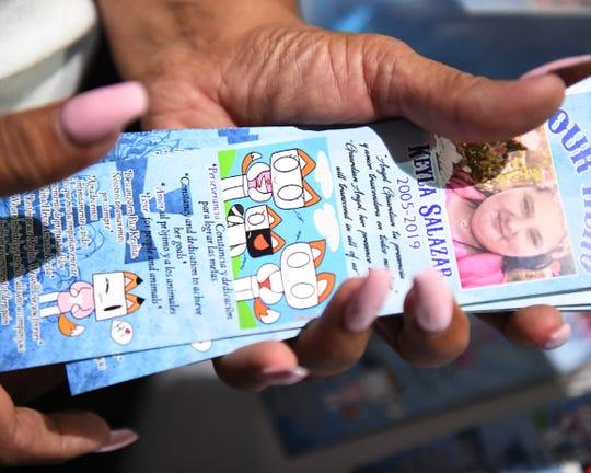 Elizabeth Salas, madrina de Keyla, sostiene una pila de tarjetas de conmemoración. 28 de agosto de 2019.