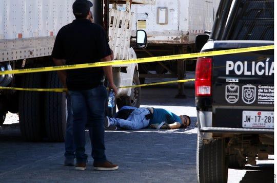 Policía investiga un asesinato en México.