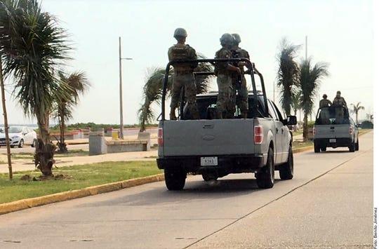 En Coatzacoalcos elementos de la Marina y la Policía estatal patrullan por las calles céntricas, mientras que el Ejército instaló un retén en los límites con Minatitlán.