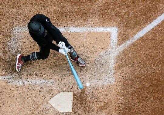 Christian Walker, de los Diamondbacks de Arizona, bateó un sencillo durante la quinta entrada de un juego de béisbol contra los Cerveceros de Milwaukee el domingo 25 de agosto de 2019 en Milwaukee.