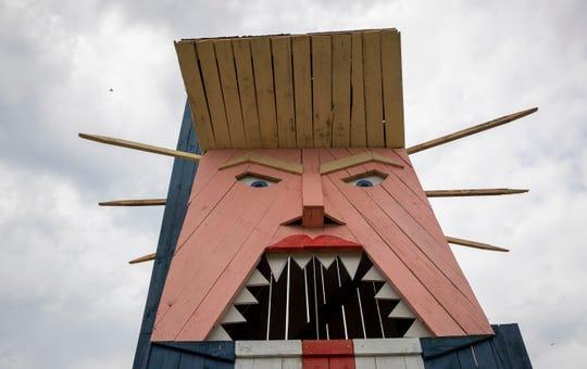La estatua de madera de casi 8 metros muestra a Trump con su peinado característico, traje azul, camisa blanca y larga corbata roja.