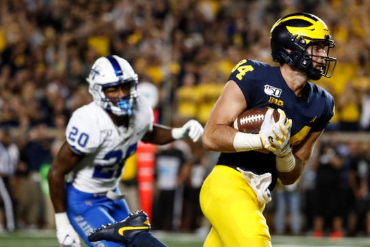 Michigan tight end Sean McKeon scores a touchdown against Middle Tennessee State during the first half at Michigan Stadium, Saturday, August 31, 2019.
