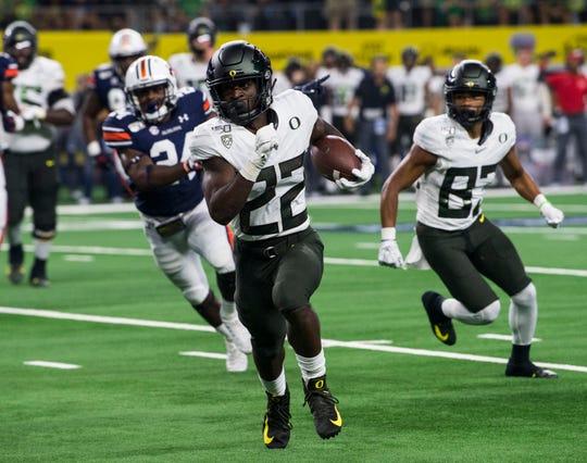 Oregon running back Darrian Felix (22) runs for a touchdown at AT&T Stadium in Arlington, Texas, on Saturday, Aug. 31, 2019. Auburn defeated Oregon 27-21.