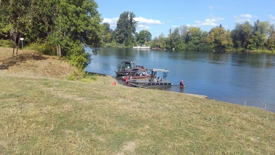 Dos barcos de patrulla operados por el condado de Polk y uno del condado de Benton y buzos de equipo de rescate de agua de la oficina del Sheriff del Condado de Clackamas están tratando de localizar a una mujer de Washington desaparecidos en el río Willamette desde el sábado por la tarde.