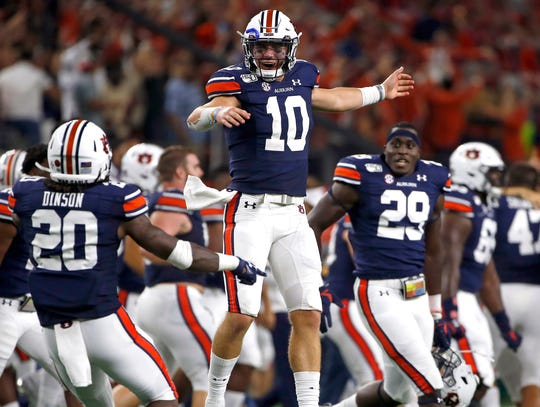 Bo Nix (10) and Auburn celebrate their last-second win over Oregon.