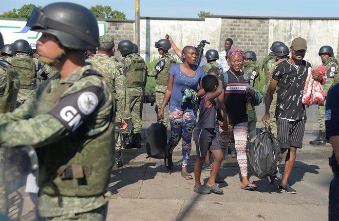 La Guardia Nacional detiene a 142 migrantes en Tabasco.