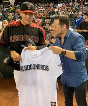 Wilmer Flores recibe una casaca de los Algodoneros de Guasave.