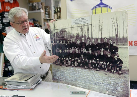 Ray Veth shows off a photo of the 1925 Leonardo High School state championship team in a 2015 photo.