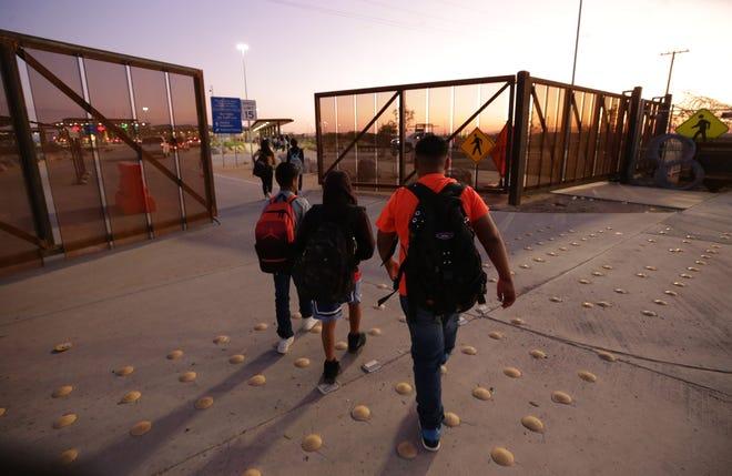 Estudiantes cruzan a EEUU por el puerto de entrada de Palomas.