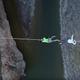 Lazos de fraternidad México-EEUU penden sobre una cuerda por encima del Río Grande