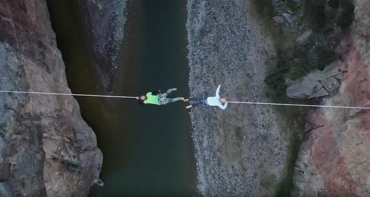 Kylor Melton de Bend, Oregon y Jaime Marrufo de Chihuahua, México, se encuentran sobre una cuerda floja sobre el Río Grande que divide ambas fronteras.