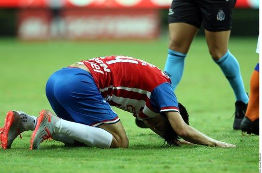 Un jugador de Chivas lamenta la derrota.