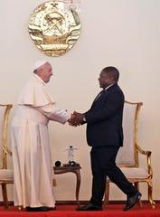 El Papa Francisco estrecha manos con el presidente Filipi Jacinto