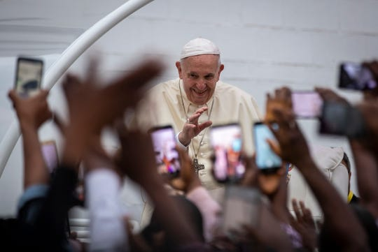 El Papa Francisco fue recibido en la nación africana con cánticos y aplausos.
