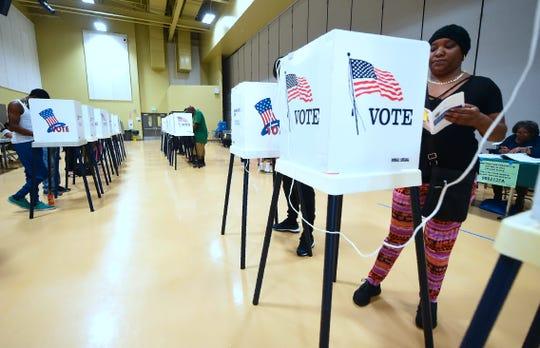 Una mujer emite su voto.