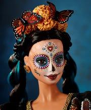 Fotografía cedida por la empresa Mattel, que muestra la versión de la Barbie Día de Muertos, en conmemoración del día de muertos, como parte de la cultura mexicana.