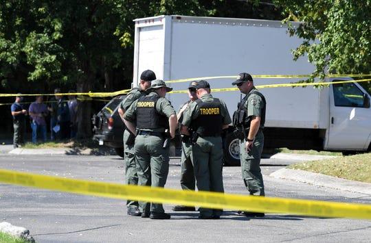 Agentes de la ley permanecen en la escena en la que un agente de ICE disparó contra otra persona.
