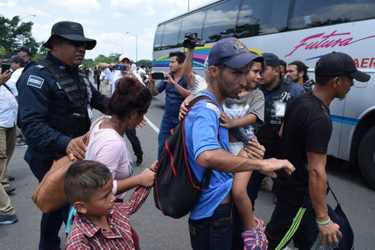 Elementos del Instituto Nacional de Migración (INAMI), y policías federales detienen a migrantes centroamericanos en la ciudad de Tapachula en el estado de Chiapas (México).