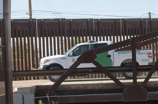 Una unidad de la Patrulla Fronteriza vigila la frontera.