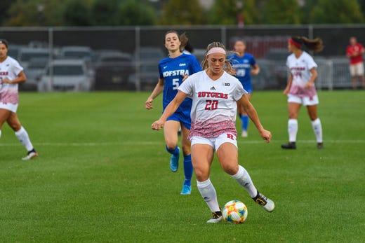 Amanda Visco controls the ball for Rutgers women's soccer against Hofstra.