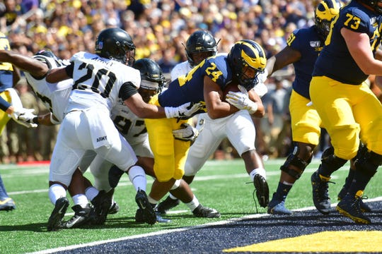Zach Charbonnet scores for Michigan in the first quarter.
