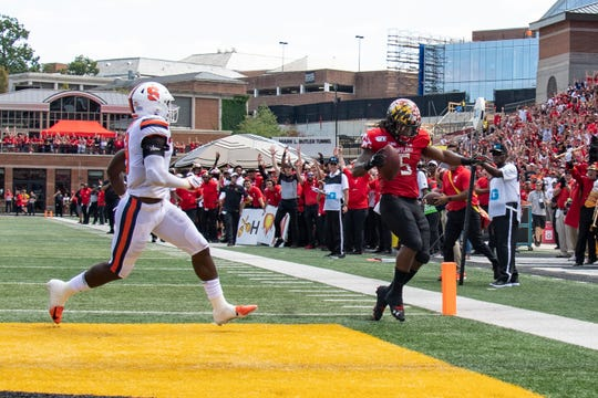 Maryland Terrapins running back Anthony McFarland Jr. (5) scores a second quarter touchdown as Syracuse Orange defensive back Antwan Cordy (8) looks on at Capital One Field at Maryland Stadium.