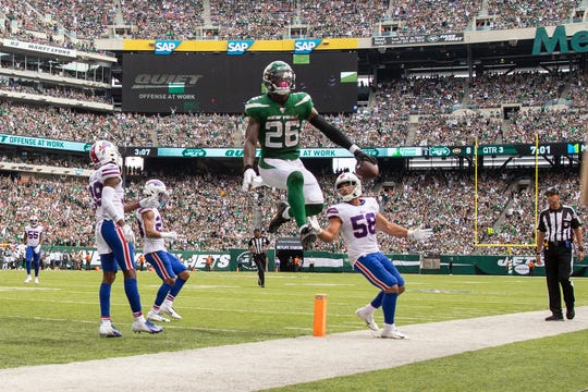 EAST RUTHERFORD, NJ - SEPTEMBER 08:  Le'Veon Bell #26 of the New York Jets scores a touchdown on a pass thrown by Sam Darnold (not pictured) during the third quarter against the Buffalo Bills at MetLife Stadium on September 8, 2019 in East Rutherford, New Jersey.  (Photo by Brett Carlsen/Getty Images)
