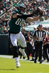 Eagles' Dallas Goedert (88) reaches out to try to bring in a pass in the second quarter Sunday against the Redskins at Lincoln Financial Field.