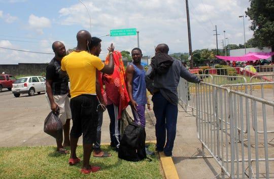 Fotografía fechada el 6 de septiembre de 2019, que muestra a migrantes de origen africano en espera de ser recibidos por autoridades migratorias mexicanas, en la garita Siglo XXI, en la ciudad de Tapachula, en el estado de Chiapas (México).