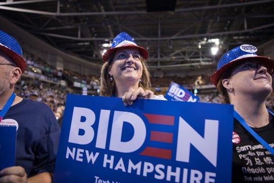 Una mujer muestra su apoyo a Joe Biden.