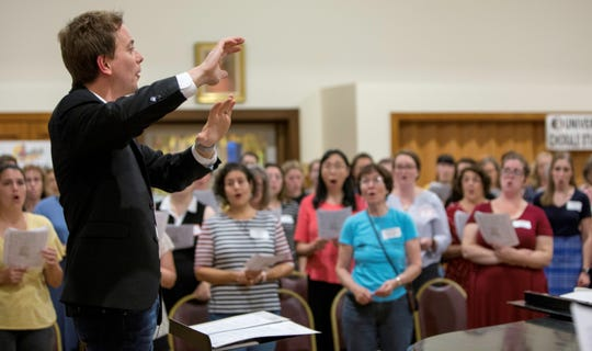 Dr. Michael Hanawalt conducts first rehearsal with The Tallahassee Community Chorus.