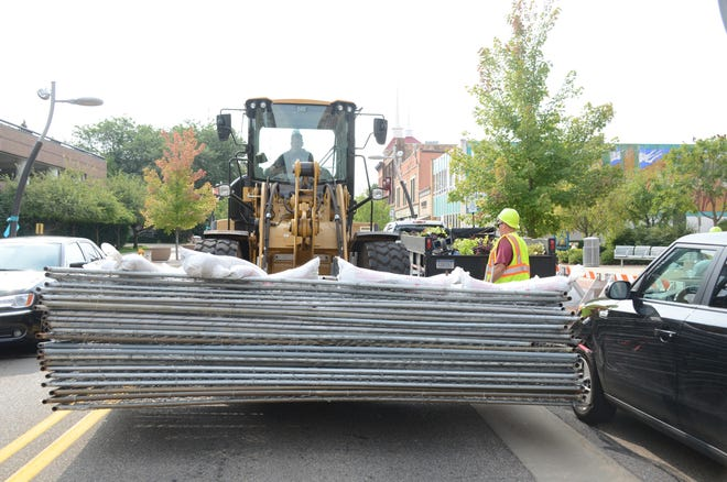 Battle Creek city workers removed fence  along East Michigan Avenue Tuesday which was placed Friday after a building was considered a danger of collapse.