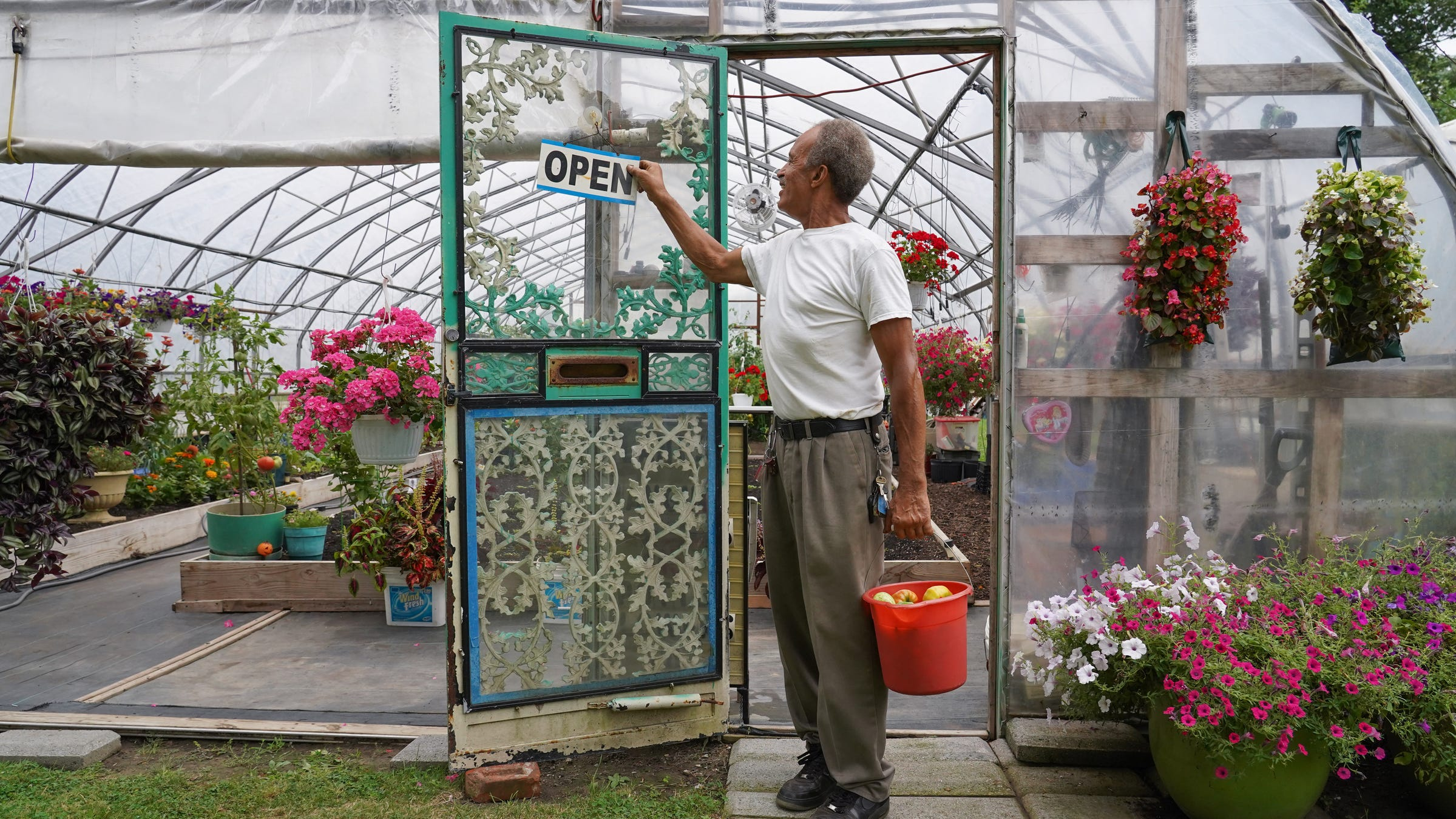 Detroit flower man grows hope, brings beauty to community