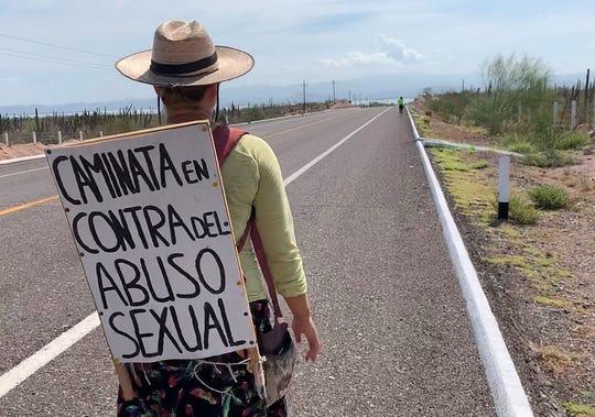 La activista alemana Marisa de Pablo camina este lunes en una carretera cercana a La Paz, Baja California Sur (México). De Pablo finalizó este lunes en la ciudad mexicana de La Paz una caminata de más de 1.200 kilómetros a través de la Península de Baja California para concienciar contra el abuso sexual.