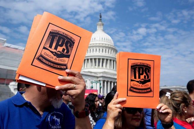 Beneficiarios de DACA y TPS durante una protesta en Washington.