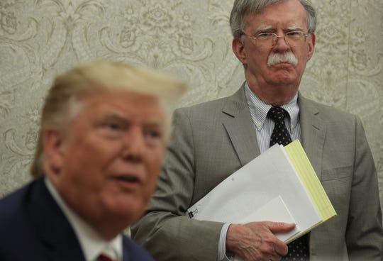 John Bolton, ex asesor de seguridad de Donald Trump, durante una reunión con el presidente.