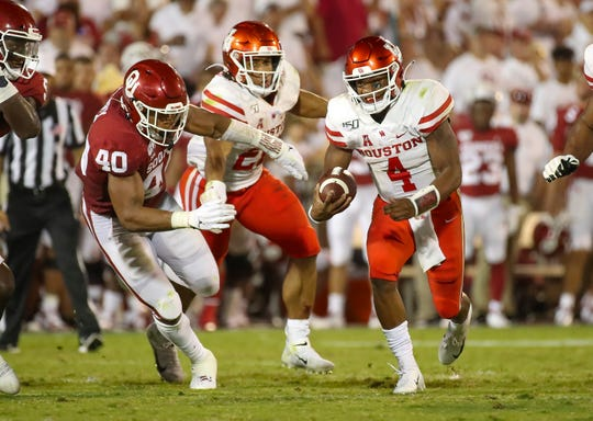 Sep 1, 2019; Norman, OK, USA; Houston Cougars quarterback D'Eriq King (4) throws runs past Oklahoma Sooners linebacker Jon-Michael Terry (40) during the game  at Gaylord Family - Oklahoma Memorial Stadium. Mandatory Credit: Kevin Jairaj-USA TODAY Sports