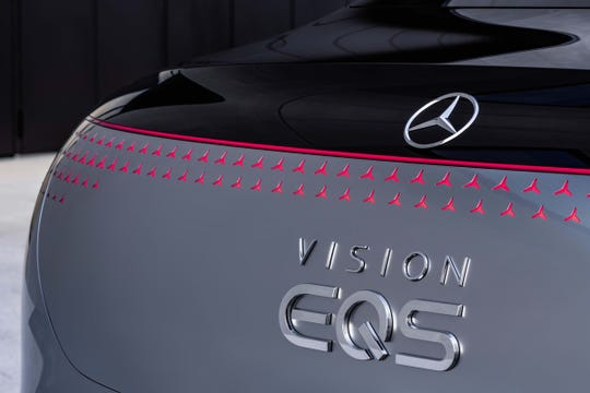 229 illuminated, individual stars form the seamlessly integrated lightbelt at the rear of the Vision EQS.