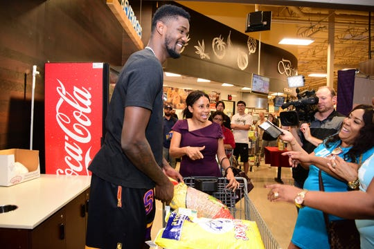 Deandre Ayton collects supplies from Phoenix Suns fans and Valley residents.