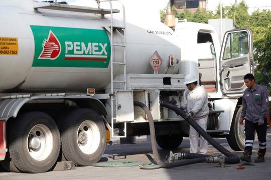 Trabajadores de Pemex surten combustible en una gasolinera de la ciudad de Guadalajara, estado de Jalisco (México).