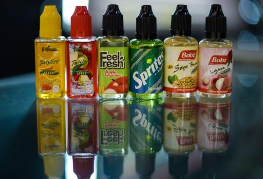 Estos líquidos de diferentes sabores se colocan en el cigarrillo electrónico para experimentar su sabor.