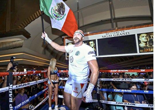 Tyson Fury ondea la bandera mexicana en su entrenamiento.