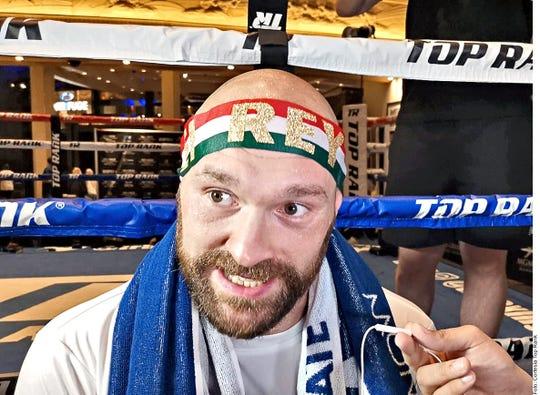 'El Rey' dice la bandana que Tyson Fury traía colocada en su cabeza durante entrenamiento.
