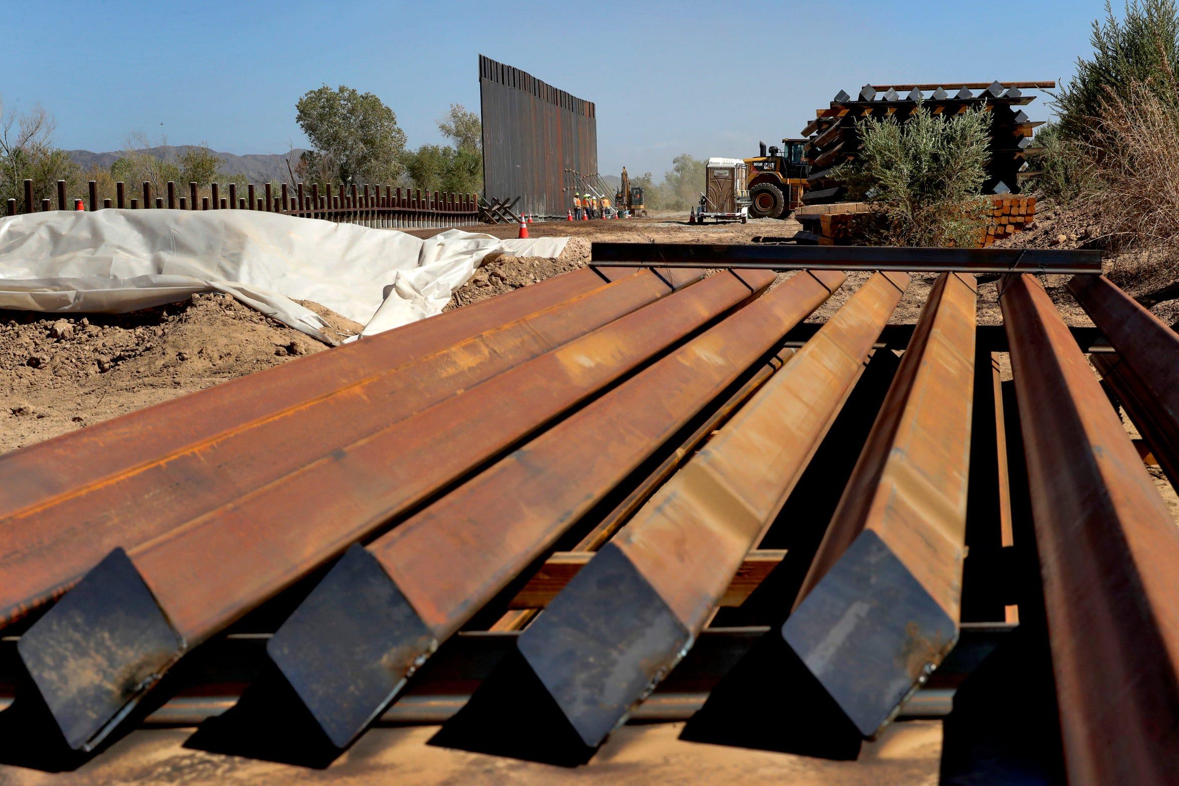 Al sur de Yuma, Arizona, se eleva un gigantesco muro junto al desierto que reemplazará barreras mucho más bajas, pensadas para frenar autos, no personas.  Esta sección de 8 kilómetros (5 millas) de cerco es donde empieza a tomar forma la promesa más importante que hizo Donald Trump en su campaña presidencial, la de construir un muro a lo largo de toda la frontera sur.