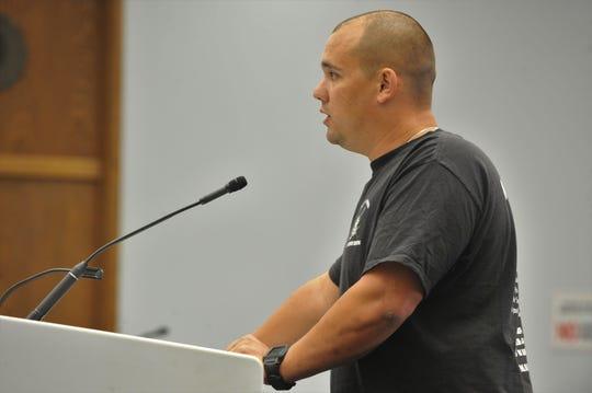 El oficial de la policía de Salinas, Zach Dunagan, habla durante una reunión del ayuntamiento municipal. 10 de septiembre de 2019.